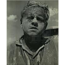 1963 Press Photo Mickey Rooney covered with sand after comic chase across desert