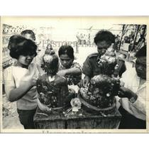 1967 Press Photo People decorating statues of Buddha in Thailand - mjc15222