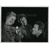 """1964 Press Photo Actor Howard Duff, Sharon Mazik in """"Under the Yum Yum Tree"""""""
