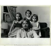 1983 Press Photo Polish Immigrant Family in Chicago - RRW64127