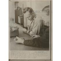 1967 Press Photo David Hoskings St Cloud Jail counter cell