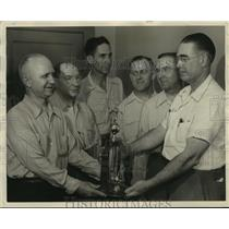 1947 Press Photo Pepsi Cola bowlers receive trophy - abns07443