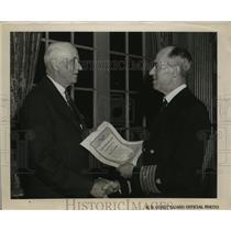 1944 Press Photo Vice Admiral Russell R.Waesche present Security Shield of Honor
