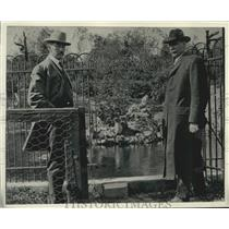 1906 Press Photo Robert Freihibe (r) and Edward Bean at Washington Park Zoo