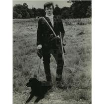1962 Press Photo British Actor Albert Finney in field with his dog - mjp15358