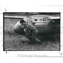 1987 Press Photo Ken Barnard of Soaring Club of Houston moves glider - hca23706