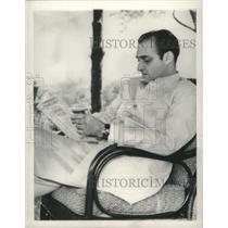 1959 Press Photo Karan Singh, governor of Kasmir, reads in his garden, Srinagar