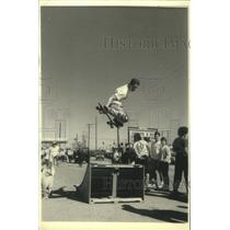 1988 Press Photo A skater above the ramp on his skateboard, New York - mjc16722