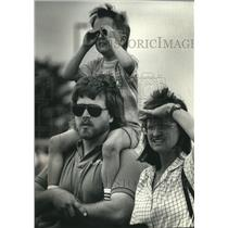 1990 Press Photo Paul and Barbara Burdick, Bill Paton watch Thunderbirds; Racine
