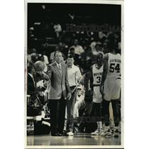 1992 Press Photo Milwaukee Bucks - Mike Dunleavy, Coach, with Basketball Players