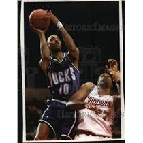 1993 Press Photo Milwaukee Bucks - Todd Day and Clippers Player Elmore Spencer