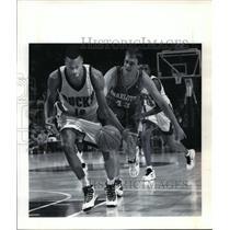 1994 Press Photo Milwaukee Bucks - Todd Day and Charlotte's Joe Wolf - mjt00329
