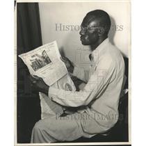 Press Photo Archie Henderson Reading Newspaper - nob33544