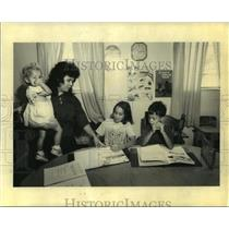 Press Photo Kim Denley and her children during Home Schooling - nob35803