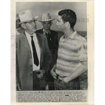 1961 Press Photo Mack Herring leads Texas officials Elizabeth Williams' grave
