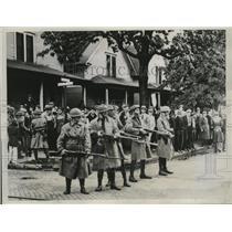 1934 Press Photo Ohio National Guardsmen guards Strikers of Electric Auto Co.
