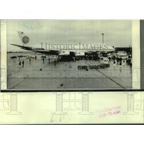 1970 Press Photo Passengers gather around the Boeing 747 Jumbo Jet in London