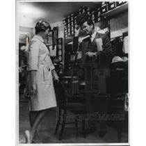 1964 Press Photo James Garner at Herbert Johnson's haberdashery in London