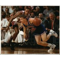 1993 Press Photo Cleveland Cavaliers - Mark Price in Game with Chicago Bulls