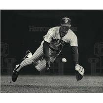 1987 Press Photo Milwaukee Brewers - Glenn Braggs Dives for Ball - mjt00631