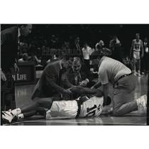 1993 Press Photo Milwaukee Bucks - Todd Day and Doctors After Injury - mjt00811