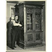 1934 Press Photo John Gietzen with Old German Music Box
