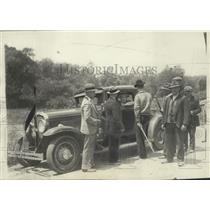 1931 Press Photo Picketers stop vehicle to prevent strike breakers from entering