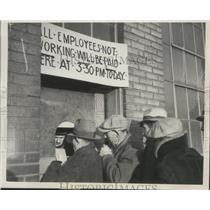 1937 Press Photo Striking Workers Receive Last Paycheck From General Motors