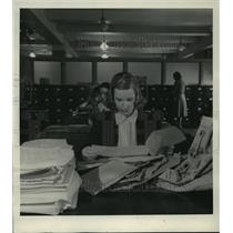 1940 Press Photo Red Cross worker sorts inquiries received at Inquiry Service