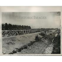 1940 Press Photo Indian Troops march along a desert road during their training