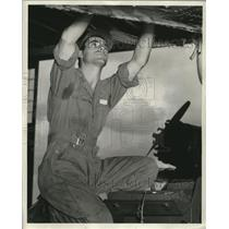 1942 Press Photo Airplane Mechanic Sgt. Leonard Shiavone at Foster Field Texas