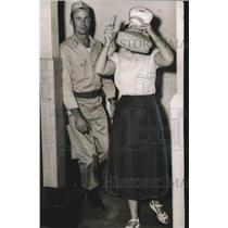 1954 Press Photo Sergeant Wilburn Carroll ushers woman into Russell County Court