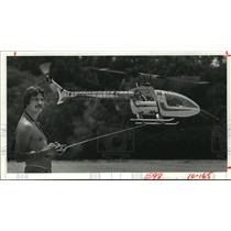 1982 Press Photo Hubert Bitner flies remote helicopter in Rice stadium, Houston