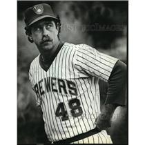 1981 Press Photo Milwaukee baseball starter Mike Caldwell watches scoreboard