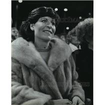 1982 Press Photo Mike Caldwell's wife, Lynda, kept warm during World Series game