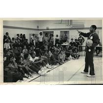 1983 Press Photo Bucks basketball's Nate Archibald talks to Boys' Club members