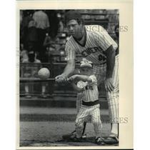 1983 Press Photo Milwaukee Brewers' Mike Caldwell & son Daniel - County Stadium