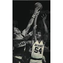 1985 Press Photo Indiana's Steve Stipanovich, Bucks' Kenny Field battle for ball