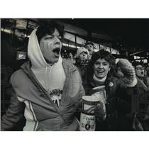 1985 Press Photo Milwaukee Brewers - Donna Steinle and Vikki Majewski, Fans