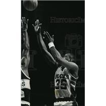 1989 Press Photo Milwaukee Bucks basketball's Tony Brown hits a three-pointer