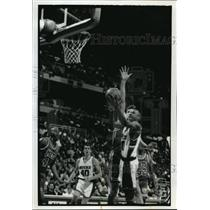1992 Press Photo Milwaukee Bucks' Todd day drives for a shot during a game