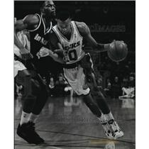 1993 Press Photo Indiana's Dale Davis forces the Bucks' Todd Day away from lane