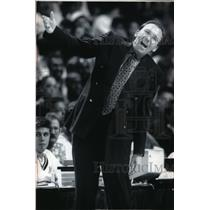 1993 Press Photo Coach Mike Dunleavy of the Milwaukee Bucks during a game