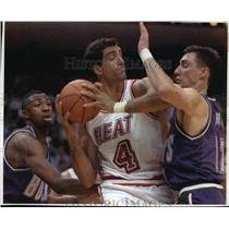 1994 Press Photo Bucks' Vin Baker, Jon Barry team-up against Heat's Rony Seikaly