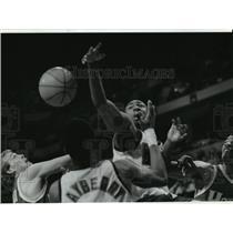 1994 Press Photo Milwaukee Bucks' Vin Baker attempts to snare a rebound