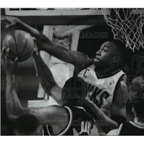 1995 Press Photo Bucks basketball player, Vin Baker, blocks Pacer Antonio Davis