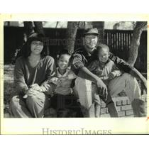 1985 Press Photo San Antonio Spurs basketball player Mike Mitchell and family