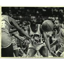 1986 Press Photo San Antonio Spurs basketball player Mike Mitchell vs. Cleveland