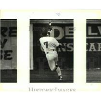 1993 Press Photo San Antonio Missions baseball player Juan Castro makes a catch