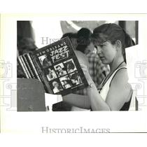 """1992 Press Photo Suzie Chambers checks out """"New Orleans Jazz Fest"""" book"""
